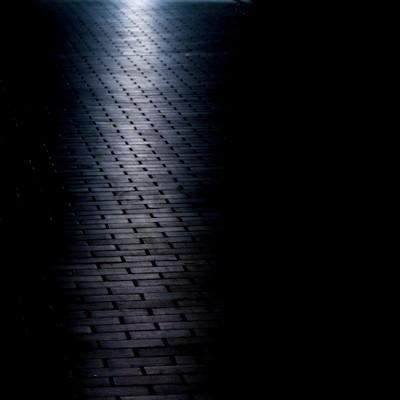 「光が射すレンガの道」の写真素材