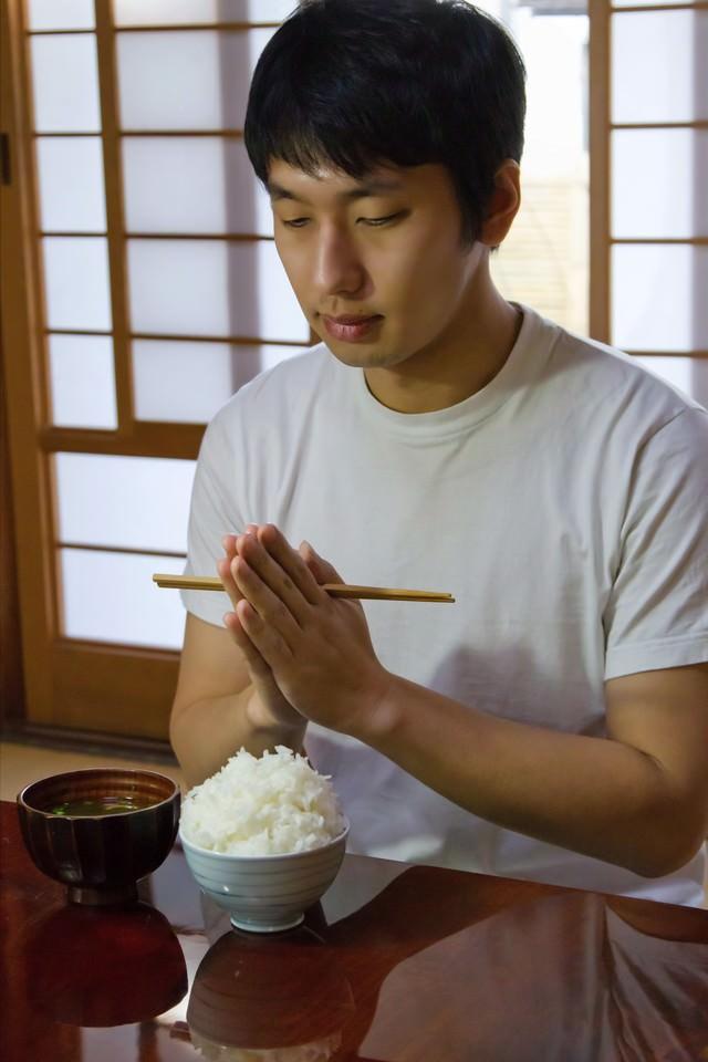 和室でご飯とみそ汁を食べるの写真
