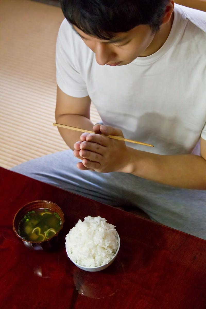 「ご飯とみそ汁頂きます!」の写真[モデル:大川竜弥]