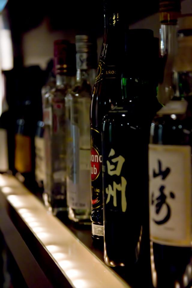 カウンターに並べられたボトルの写真