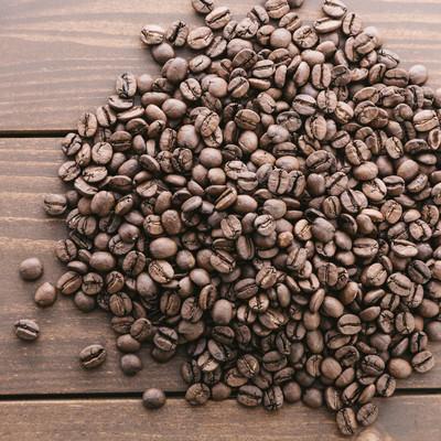 「木目のテーブルとコーヒー豆」の写真素材
