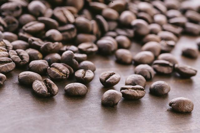 散らばった珈琲豆の写真