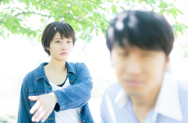 デート中失言を連発する彼氏にビンタをおみまいする彼女の写真