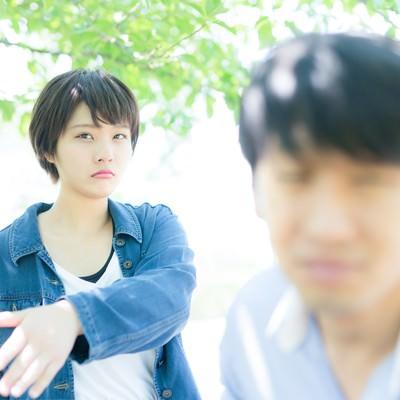 「デート中失言を連発する彼氏にビンタをおみまいする彼女」の写真素材