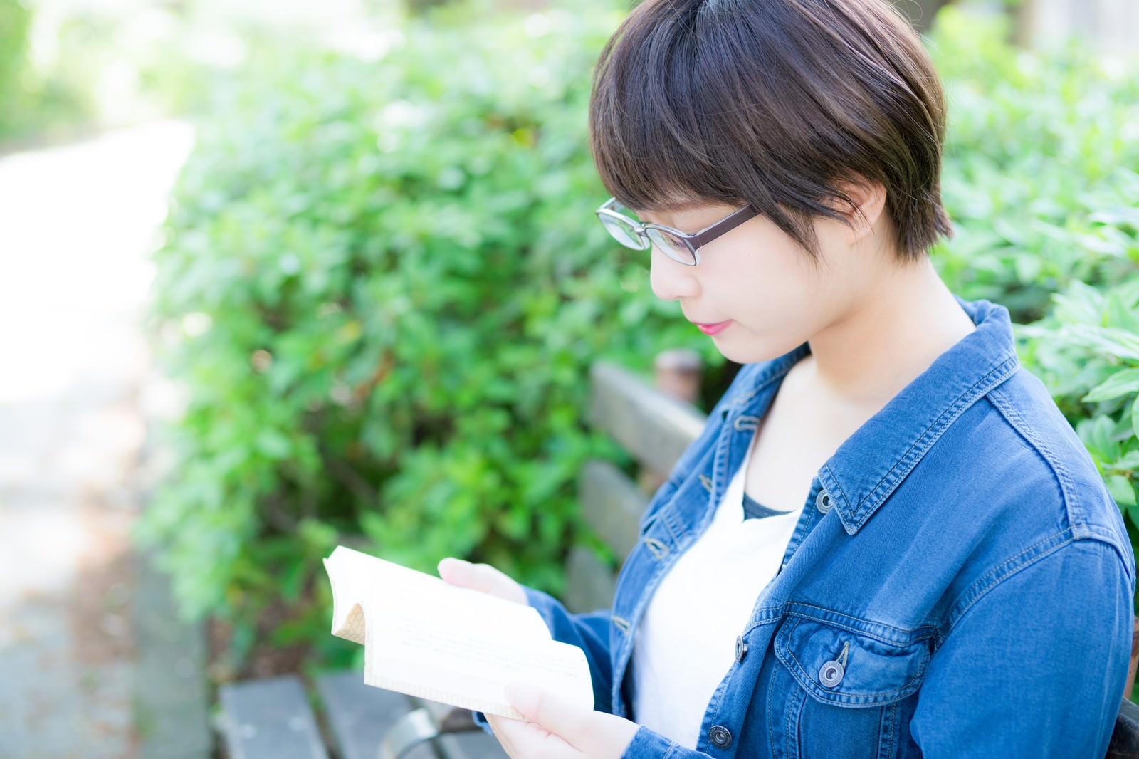 「公園のベンチで読書をする文学少女」の写真[モデル:モデルヒロ]