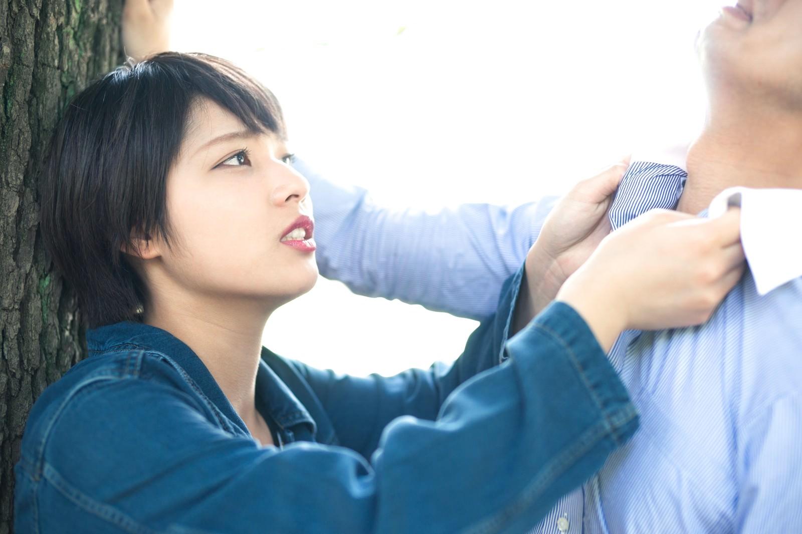 「「アンタ、浮気したでしょ!?」と彼氏を激しく詰める彼女」の写真[モデル:モデルヒロ 大川竜弥]