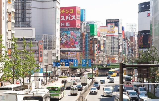 新宿駅東口の大通りの写真