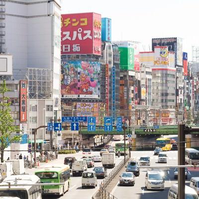 「新宿駅東口の大通り」の写真素材