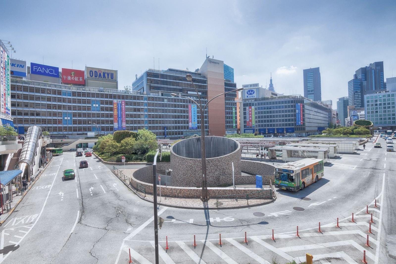 「新宿駅前のバスターミナル新宿駅前のバスターミナル」のフリー写真素材を拡大