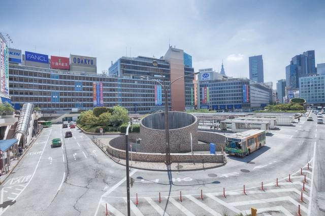 新宿駅前のバスターミナルの写真