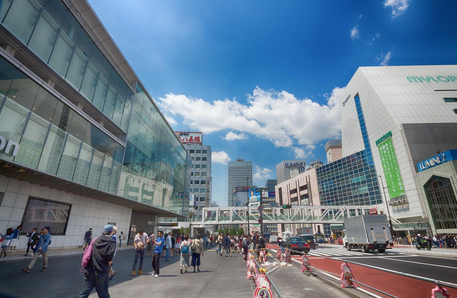 「新宿駅南口駅前の様子」の写真