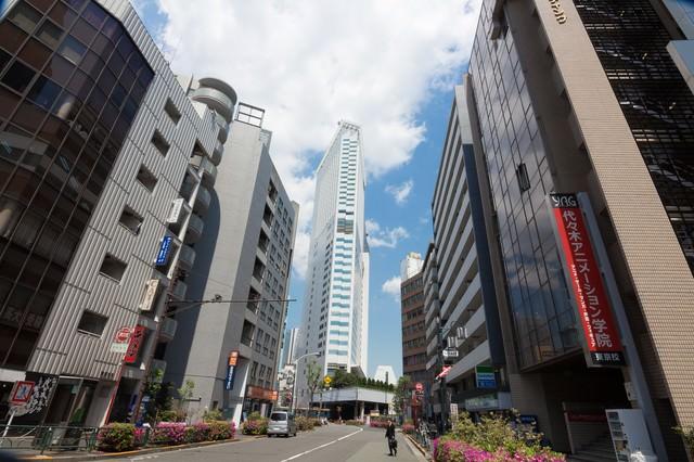 代々木駅前の建物の写真