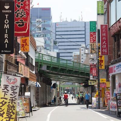 代々木駅前の繁華街(昼)の写真