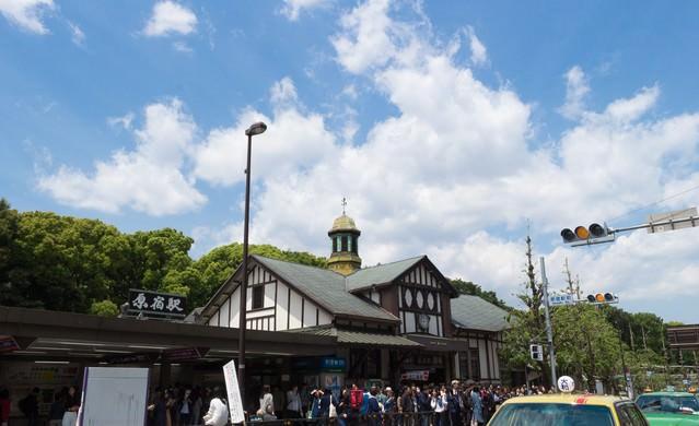 原宿駅前の人混みの写真