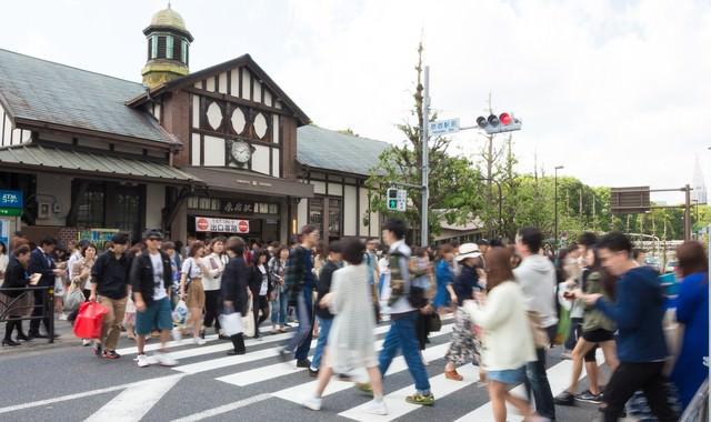 休日の原宿駅前の横断歩道の写真