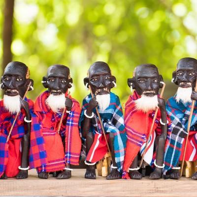 原住民をかたどった木の人形(複数)の写真