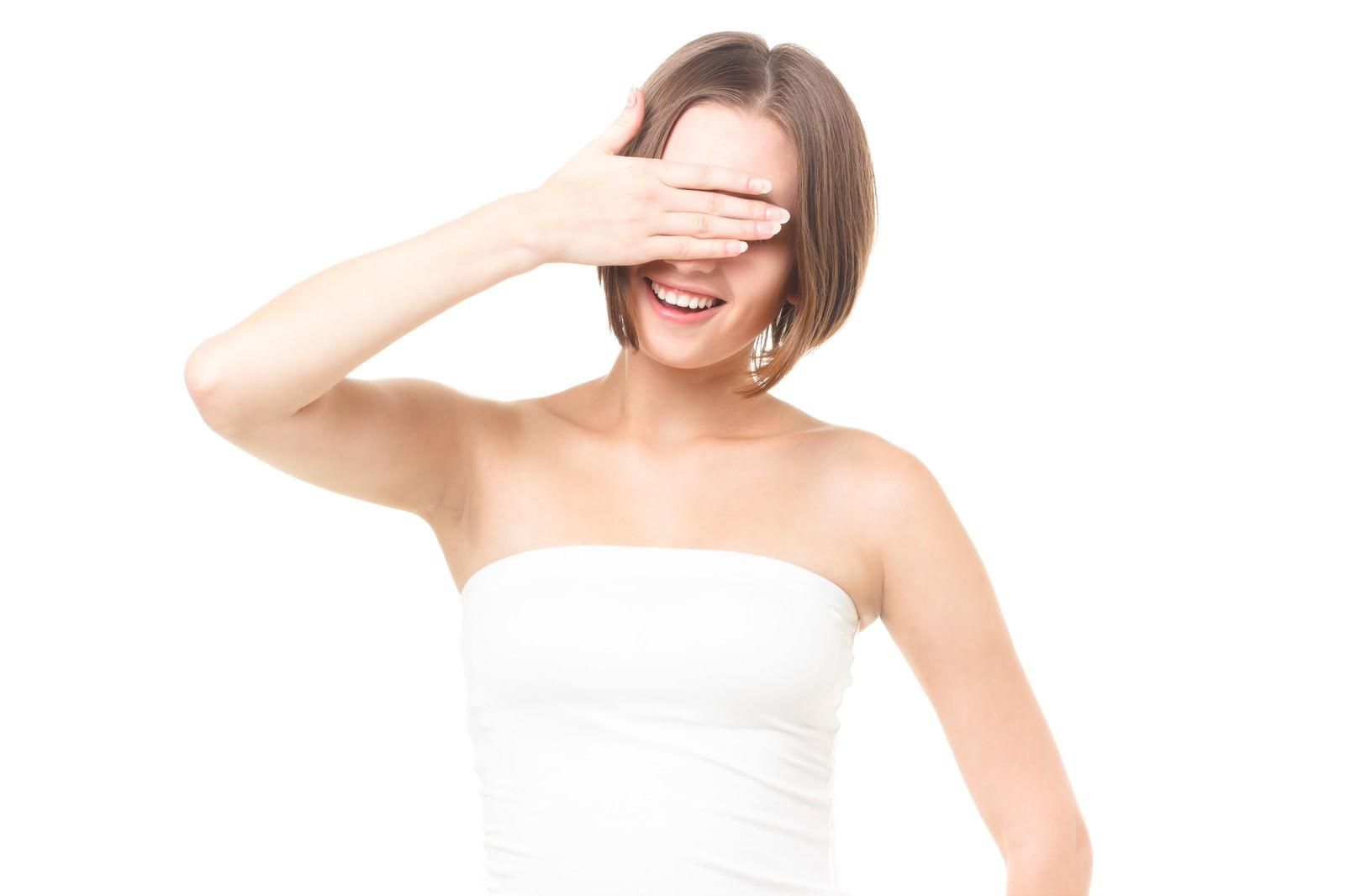 「美容のインタビューで自ら目線を隠す女性」の写真[モデル:モデルファクトリー]