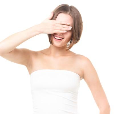 「美容のインタビューで自ら目線を隠す女性」の写真素材