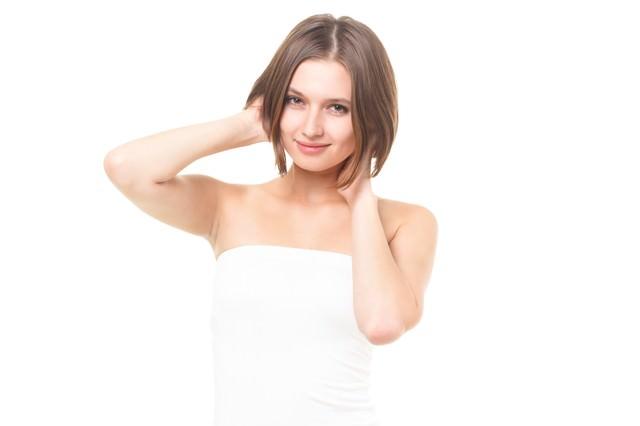 髪をかきあげる美しすぎるロシア人美女の写真