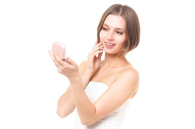 肌の状態を確認するロシア人女性の写真