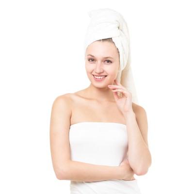 「頭にタオルを巻いた女性(エステ・美容)」の写真素材