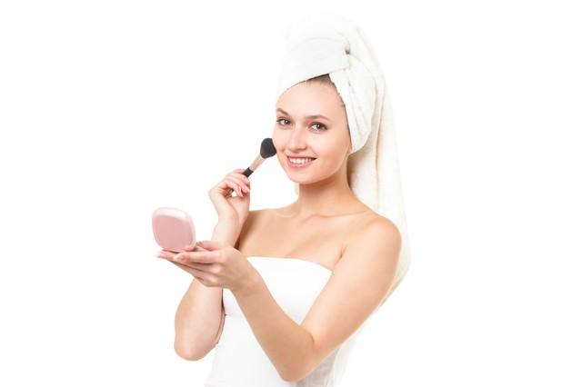 化粧ノリをチェックする女性(エステ・美容)の写真