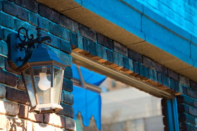 レンガでできた店先の街灯の写真