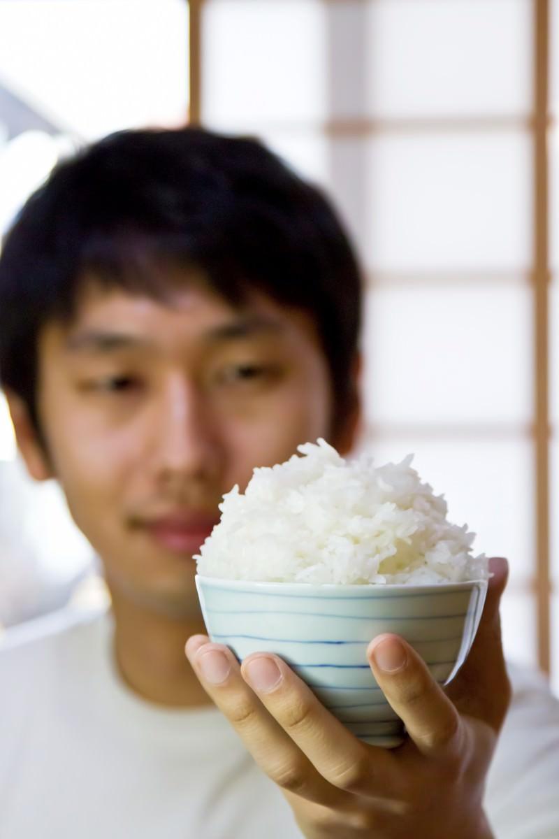 「ご飯てんこ盛りにおかわりご飯てんこ盛りにおかわり」[モデル:大川竜弥]のフリー写真素材を拡大