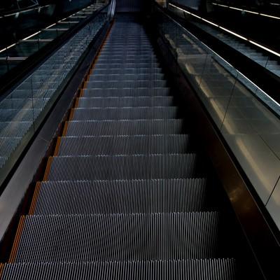 「ホテルのエスカレーター下り」の写真素材