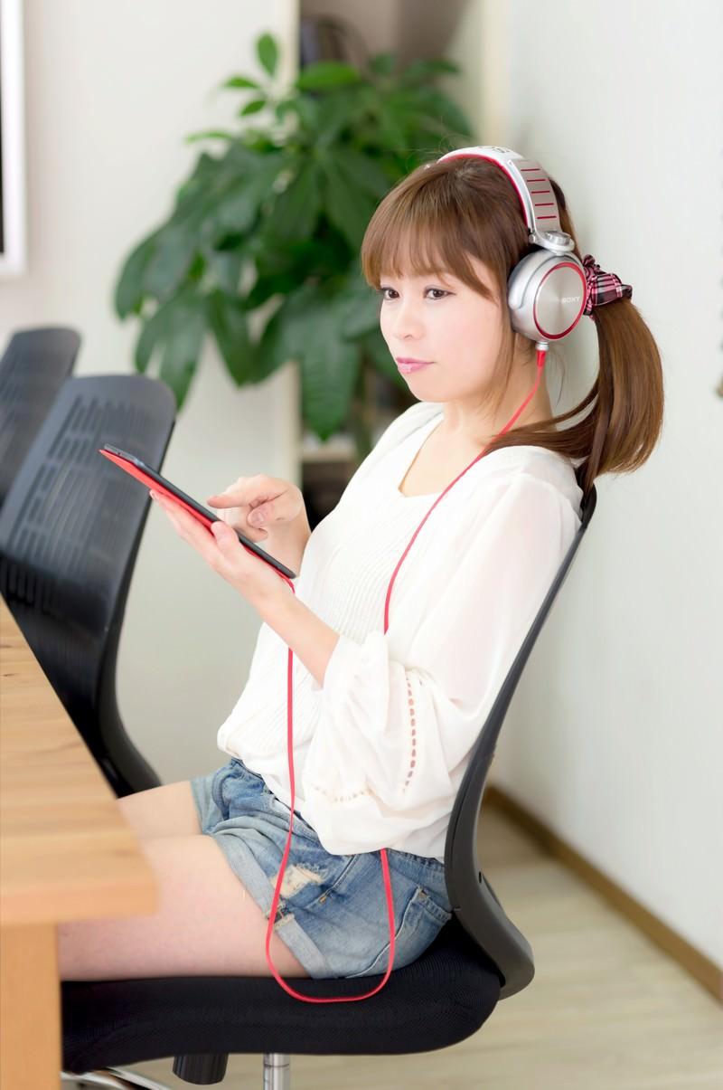 「iPad mini で音楽を聴くホットパンツの女性」の写真[モデル:暢子]