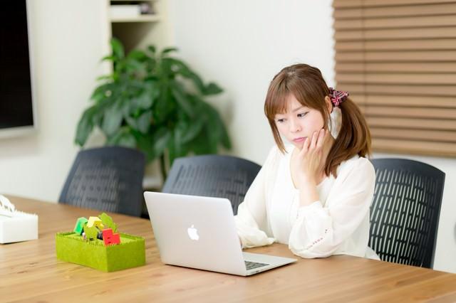 電源完備のコワーキングスペースで作業をする女性の写真