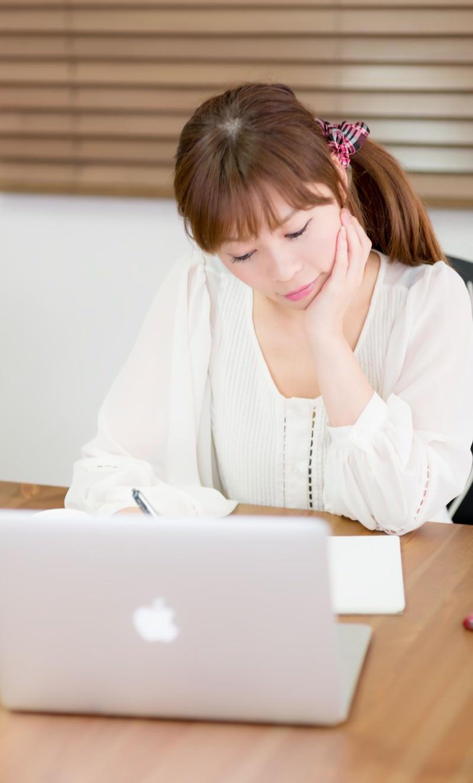 「テーブルで作業をするデザイナーの女性」の写真[モデル:暢子]