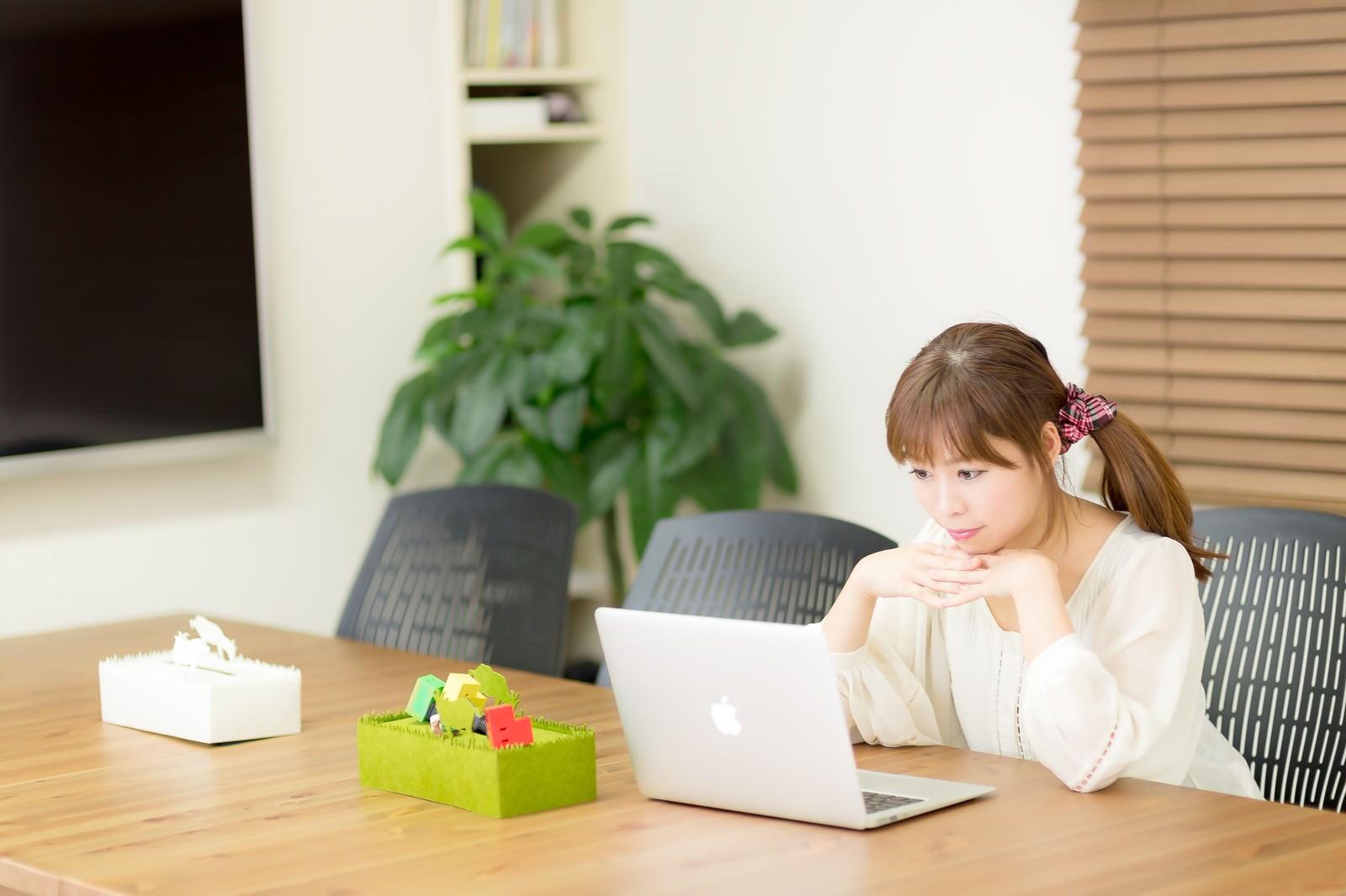 「清潔感のあるコワーキングスペースで作業をする若い女性」の写真[モデル:暢子]