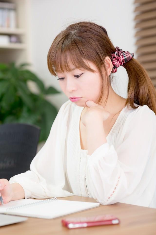 試験勉強中の女性の写真