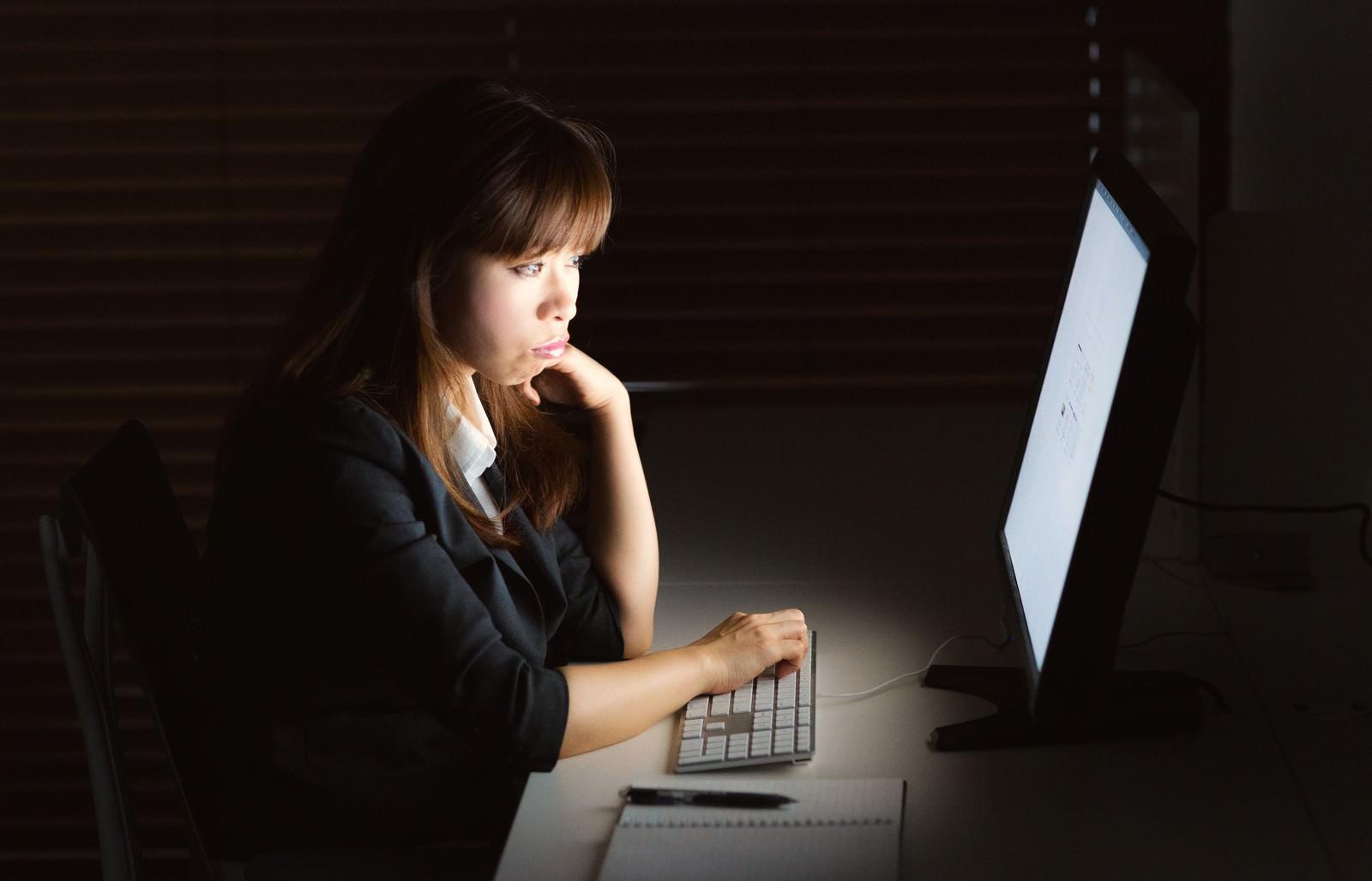 「消灯の中、残業してモニターを見つめる女性消灯の中、残業してモニターを見つめる女性」[モデル:暢子]のフリー写真素材を拡大