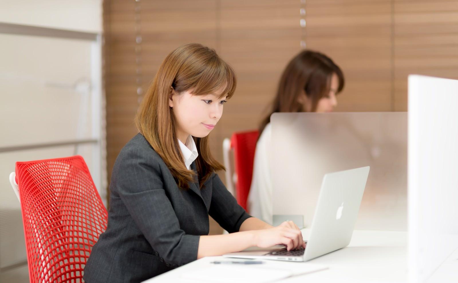「コワーキングスペースでちゃんと仕事する女性」[モデル:暢子]