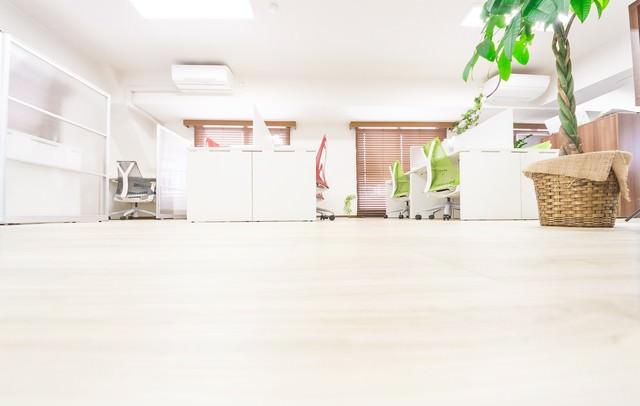 清潔感のあるオフィスとフローリングの写真