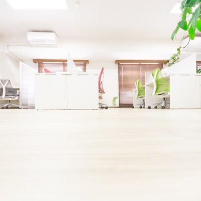 「清潔感のあるオフィスとフローリング」の写真素材
