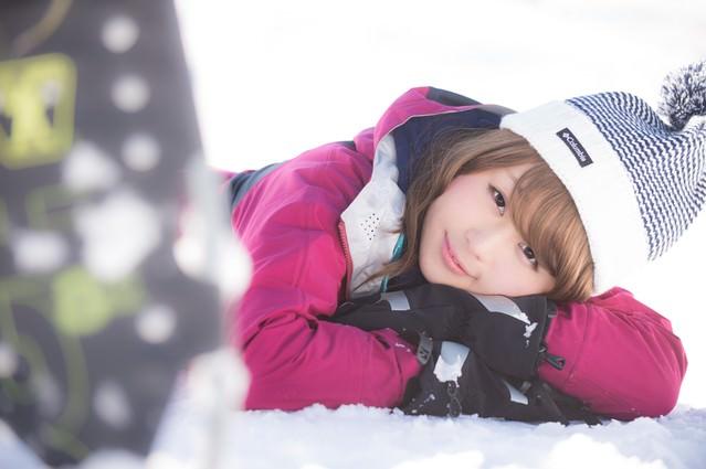 雪山を歩き疲れたウィンター派の都会女子の写真