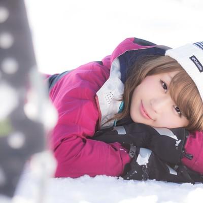 「雪山を歩き疲れたウィンター派の都会女子」の写真素材