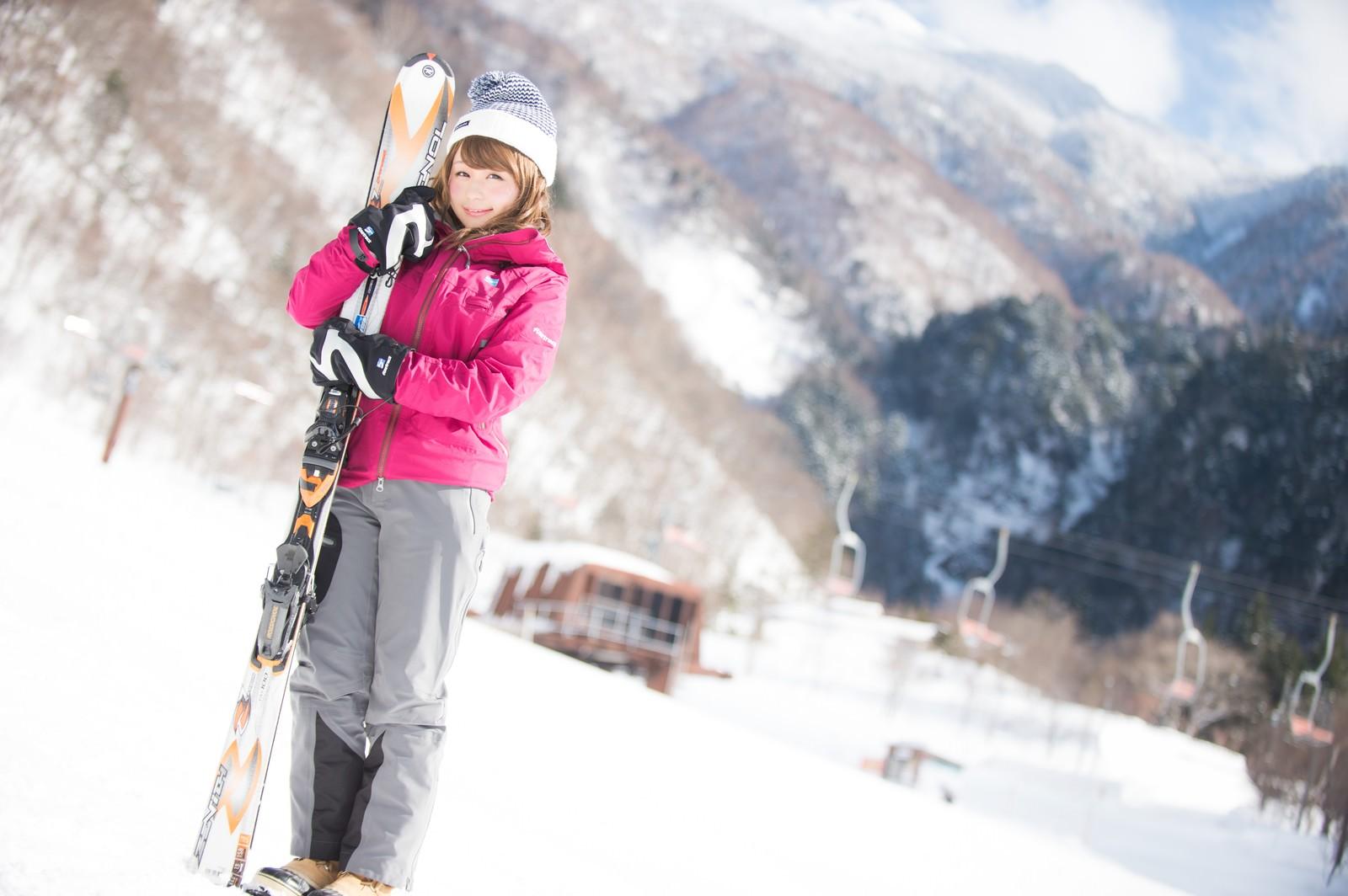 「スキーウェアにも最適なレイヤリング」の写真[モデル:茜さや]
