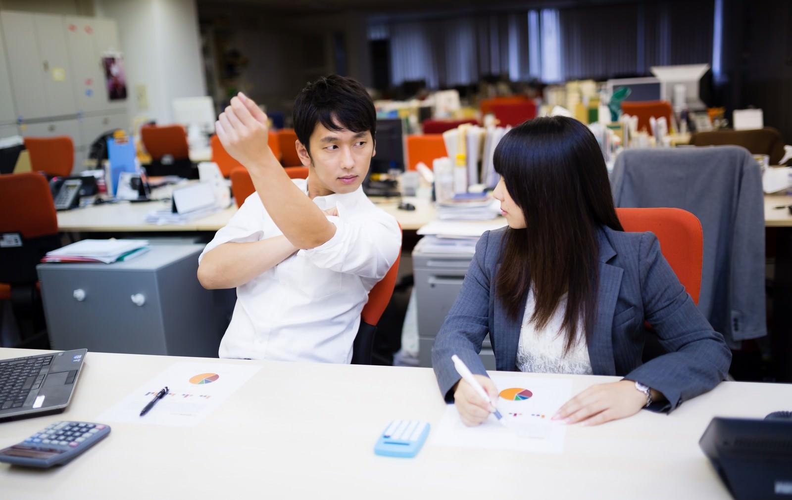 「「昼休みに献血したんだゼ!」と袖をまくる健康優良児」の写真[モデル:大川竜弥 Lala]