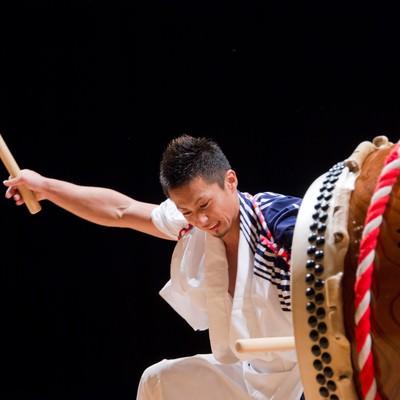 「和太鼓に全身の力を使って打ち込む姿」の写真素材