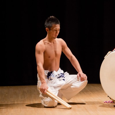 「太鼓の奏者、鍛え抜かれた身体」の写真素材