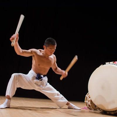 「全身を使い太鼓を打ち込む姿」の写真素材