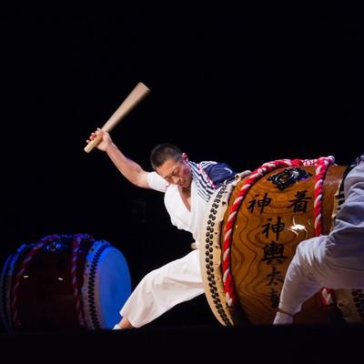 「低い位置で太鼓を打ち込む」の写真素材