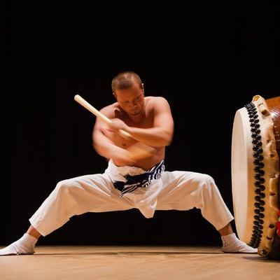 「太鼓を打ち込む躍動感と力強さ」の写真素材