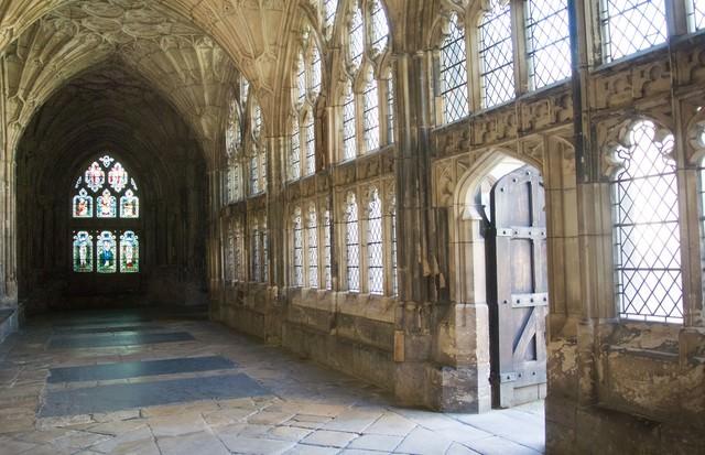 「グロスター大聖堂のステンドグラスと日差し」のフリー写真素材