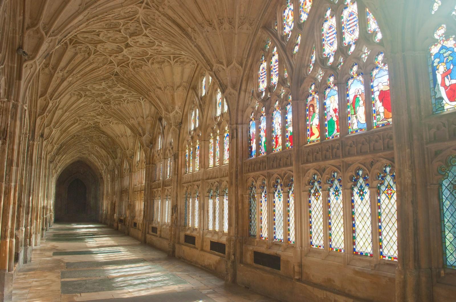 「ステンドグラスから光が差し込むグロスター聖堂」の写真