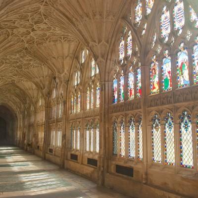 「ステンドグラスから光が差し込むグロスター聖堂」の写真素材